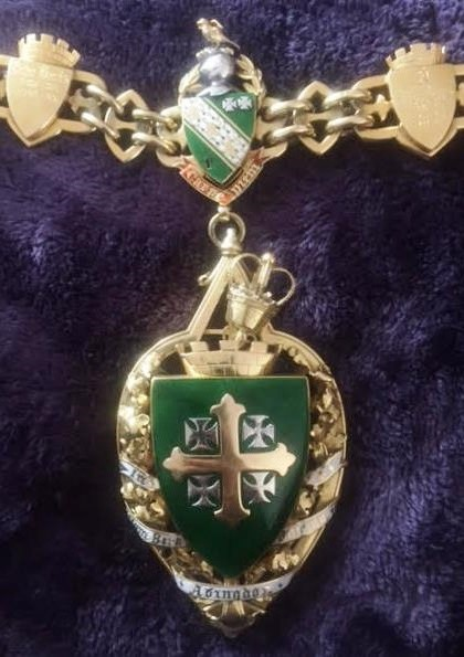 The mayoral badge and link donated by John Creemer Clarke.